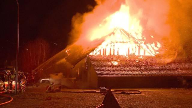 Grossbrand in Fahrwangen. 100 Feuerwehrleute löschen Brand in altem Bauernhaus