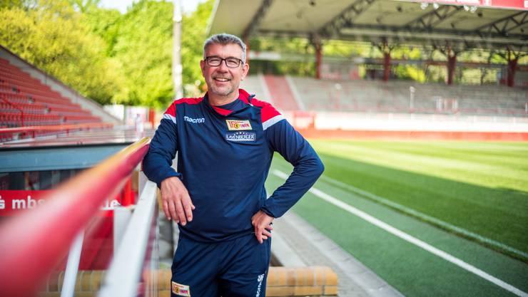 Fühlt sich pudelwohl: Urs Fischer posiert für das Foto im Stadion «An der Alten Försterei», der Heimat von Union Berlin.
