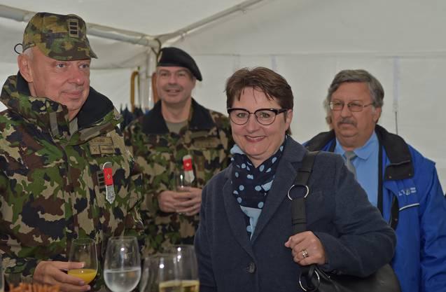 Regierungsrätin und Militärchefin Franziska Roth würdigte die Verdienste der Stauffers und übergab dem unermüdlichen Duo ein süsses Geschenk.