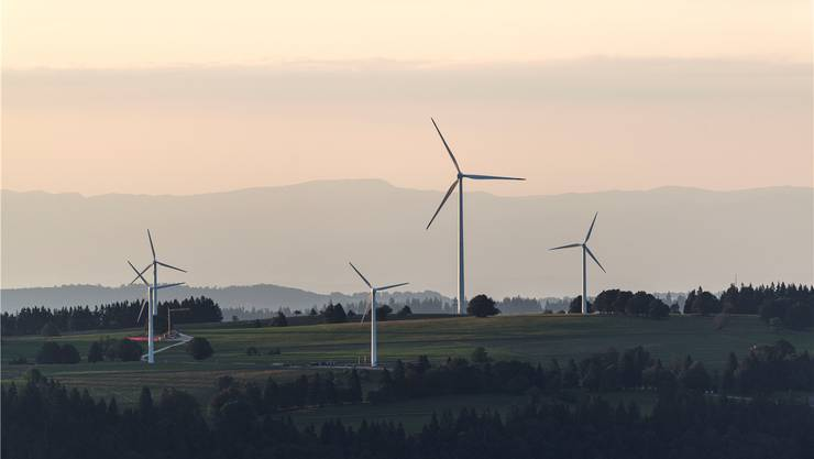 Rotorenblätter wie hier im Berner Jura werden sich frühestens 2018 über den Hügeln der Oberhofer Burgmatte drehen.Keystone