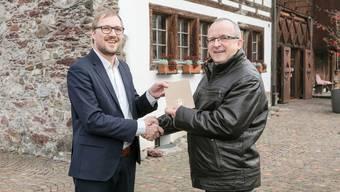David Egger, Chefredaktor der Limmattaler Zeitung, gratuliert Rolf Wild, dem Limmattaler des Jahres 2019.
