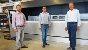 Urs Erb (rechts) übergibt die Hobler Metallbau AG in Muri an die neuen Inhaber Patrik Schärer (Mitte) und Carmelo Villa.