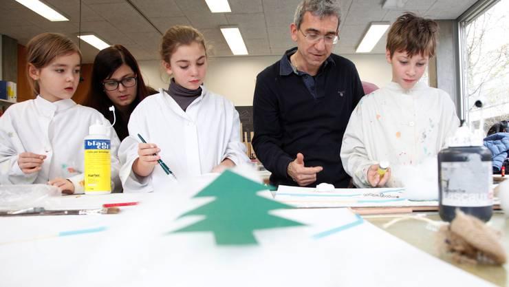 Kinder, die Studierende Manuela Schär und Dozent Franco Supino erarbeiten Geschichten in Wort und Bild.