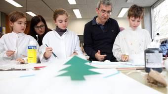 Studierende der PH FHNW erarbeiteten mit Schulkindern aus dem Fegetzschulhaus in Solothurn neun Dezembergeschichten