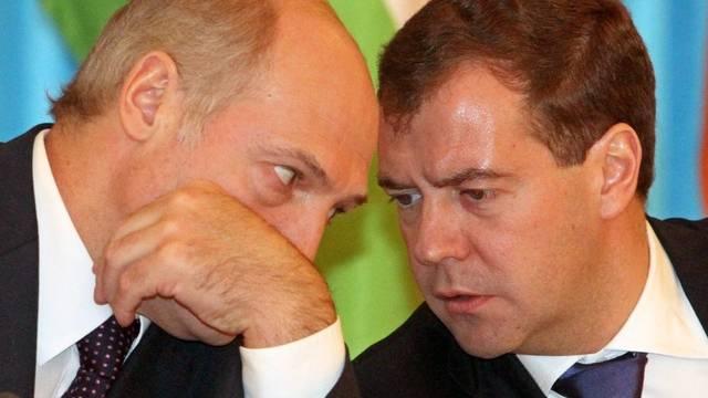 Mit fast einer Woche Verspätung hat Medwedew (r.) dem weissrussischen Präsidenten Lukaschenko (l.) zur Wiederwahl gratuliert (Archiv)
