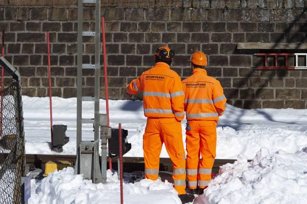 Zwei Bahnarbeiter bei der Unfallstelle eines Zugungluecks auf der Gotthard-Bergstrecke bei Airolo, am Dienstag, 5. Februar 2019. Am Dienstagmorgen sind zwei Bahnarbeiter von einem Zug erfasst worden. Einer der Maenner starb am Unfallort, der zweite wurde schwer verletzt in ein Spital geflogen. (KEYSTONE/Ti-Press/Francesca Agosta)