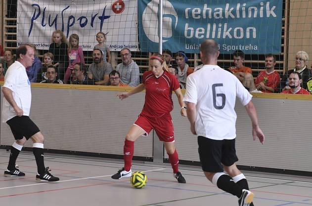 Der ehemalige Fussballspieler Raimondo Ponte (l.) im Zweikampf mit der ehemaligen Internationalen Beach-Soccerin Sandra Kälin.