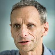 Mathias Binswanger - Volkswirtschafter Professor für Volkswirtschaftslehre an der Fachhochschule Nordwestschweiz in Olten und Privatdozent an der Universität St. Gallen. Er ist Autor von mehreren Büchern. Zuletzt erschien von ihm «Der Wachstumszwang». Er forscht unter anderem zur Umweltökonomie und zum Zusammenhang zwischen Glück und Einkommen. Im Ökonomen-Ranking der NZZ erreichte er 2019 den 1. Platz in der Kategorie Politik.