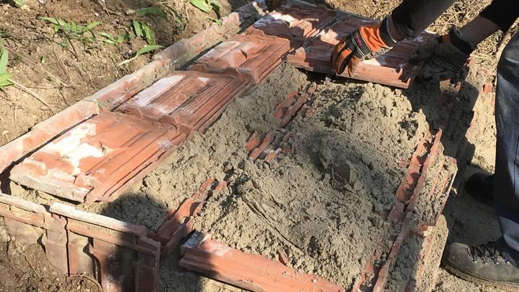 Bei einer Ziegelburg werden Sand und alte Ziegel verwendet, die Reptilien einen idealen Unterschlupf bieten. Auch Wildbienen können sich im Sand ansiedeln.