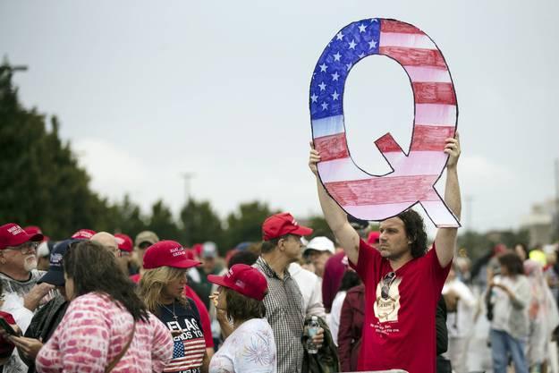 An Donald Trumps Wahlkampfveranstaltungen tauchen immer mehr QAnon-Anhänger auf.