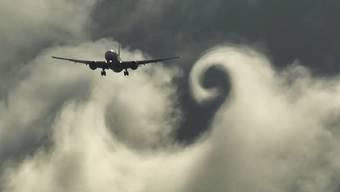 So schön verwirbeln Flugzeuge Wolken und erzeugen ihre eigenen Windhosen.