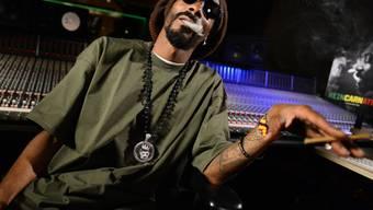 Heute hat US-Rapper Snoop Dogg keine Probleme mehr, an Marihuana heranzukommen. Früher war der leidenschaftliche Kiffer schon mal auf die Hilfe seines verstorbenen Freundes Tupac Shakur angewiesen. (Archivbild)