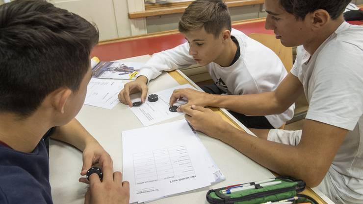 """Workshop """"Häsch no Cash?"""" der Schuldenberatung AG/SO in einer Klasse der Bezirksschule Bremgarten, 5. September 2019."""