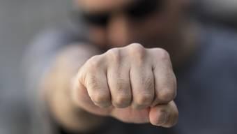 Am 1. Dezember 2016 soll der Beschuldigte einem Rentner die Faust ins Gesicht geschlagen haben.  (Symbolbild)