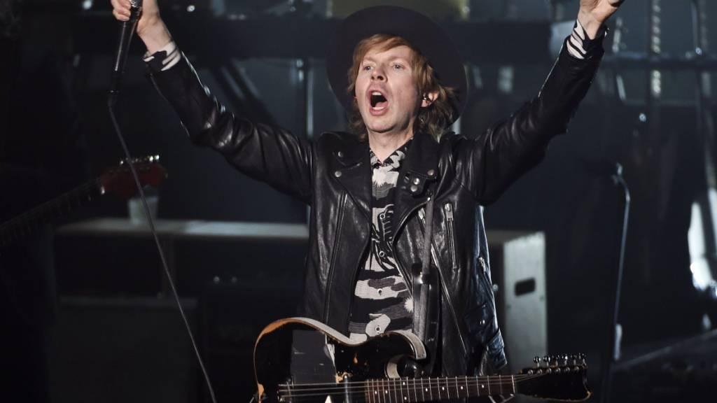 ARCHIV - Der US-Musiker und Sänger Beck steht auf der Bühne. Beck feiert am 08.07.2020 seinen 50. Geburtstag. Foto: Chris Pizzello/Invision/AP/dpa