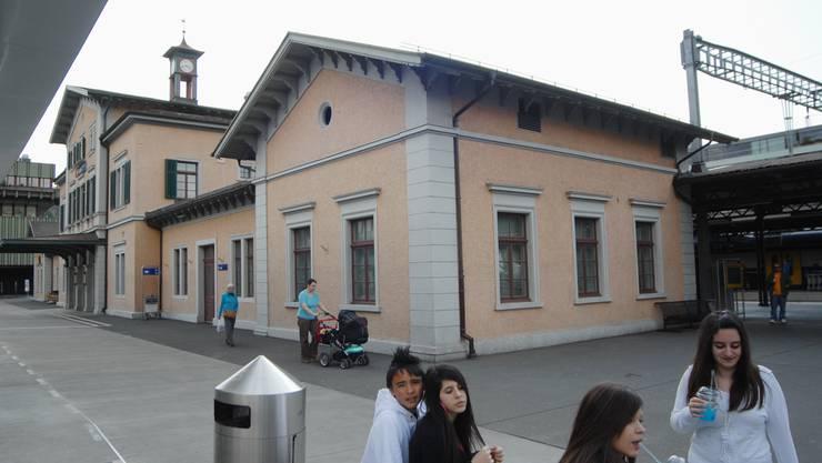 Im denkmalgeschützten Bahnhofsgebäude werden werden diverse Ladenlokale eingemietet