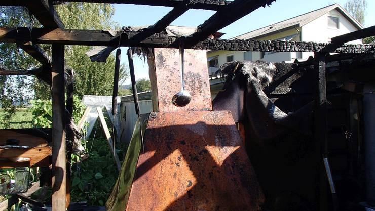 Beim Einfeuern eines Gartencheminées geriet dieser Unterstand eines Gartenhauses in Brand.