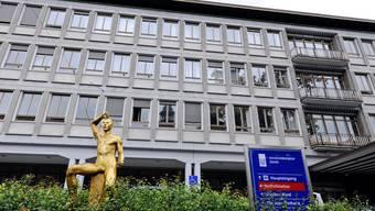 Postulant Lorenz Schmid forderte, dass das Universitätsspital Zürich (Bild) sowie die Stadtspitäler Triemli und Waid in einer gemeinsamen Organisation zusammengeführt werden.
