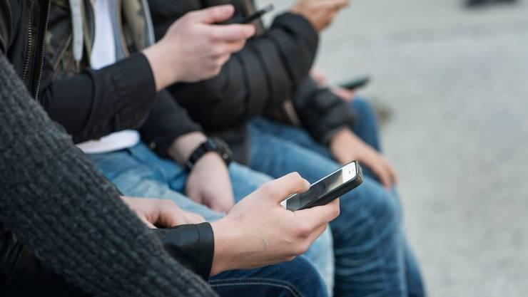 Wer ein neues Handyabo zum richtigen Zeitpunkt abschliesst, kann viel Geld sparen.