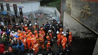 Rettungsarbeiter vor der Mine im Südwesten Chinas