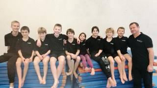 Neun junge Wasserspringer und Wasserspringerinnen vertraten den Schwimmclub Aarefisch am Kids-Cup in Fribourg.