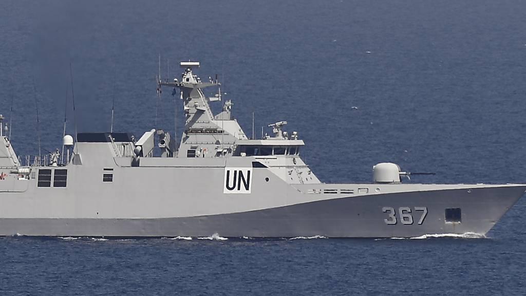 Ein UNIFIL-Marineschiff patrouilliert im Mittelmeer neben einem Stützpunkt der UN-Friedenstruppe. Nach einer fast sechsmonatigen Pause haben der Libanon und Israel unter US-Vermittlung wieder indirekte Gespräche über ihre umstrittene Seegrenze aufgenommen. Foto: Hussein Malla/AP/dpa