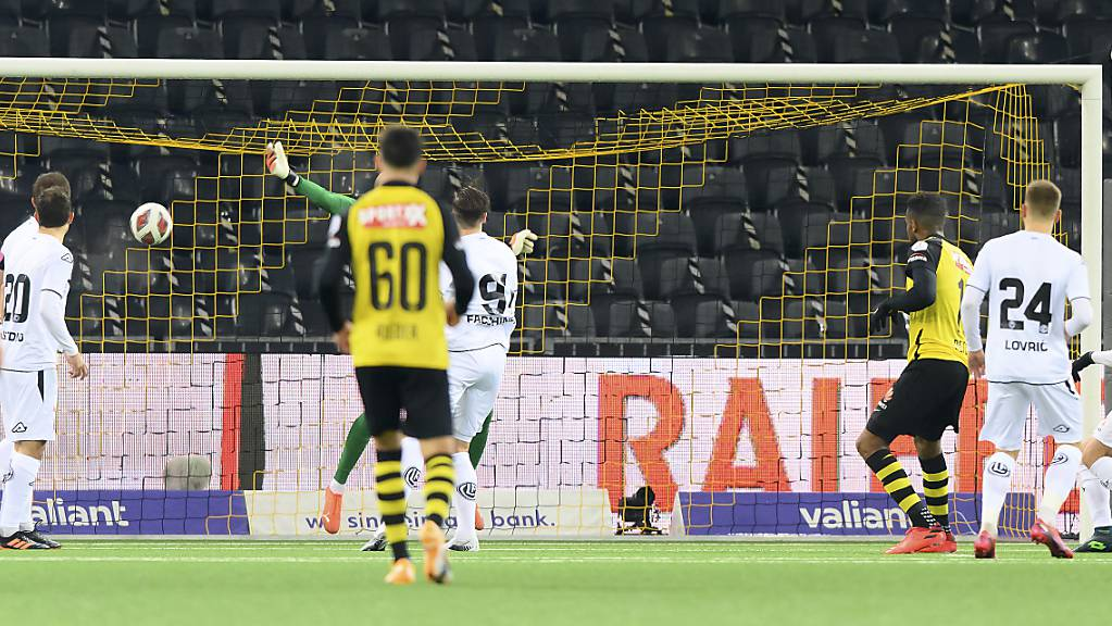 Theoson Siebatcheu (Dritter von rechts) verwertete gegen Lugano den Handspenalty zum 2:0.