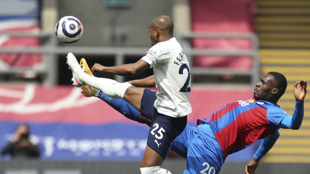 Manchester Citys Fernandinho (links) pflückt einen Ball aus der Luft.