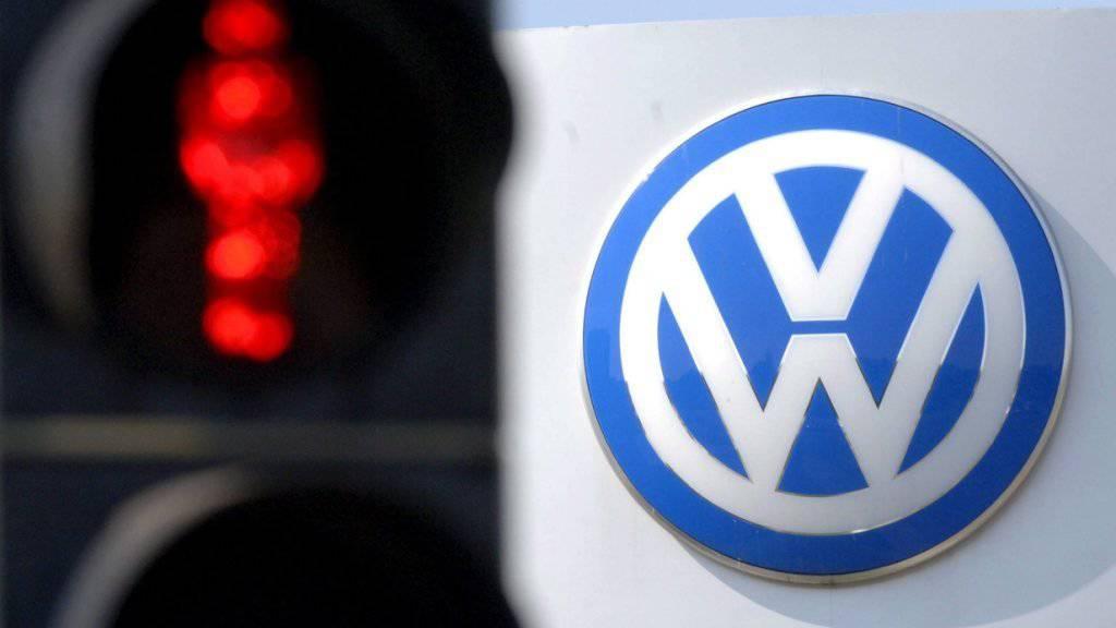 Symbolisches Rotlicht für Fahrzeuge aus dem Volkswagenkonzern: Das Bundesamt für Strassen will verhindern, dass von den Abgas-Manipulationen betroffene Fahrzeuge neu in der Schweiz zugelassen werden. (Archivbild)