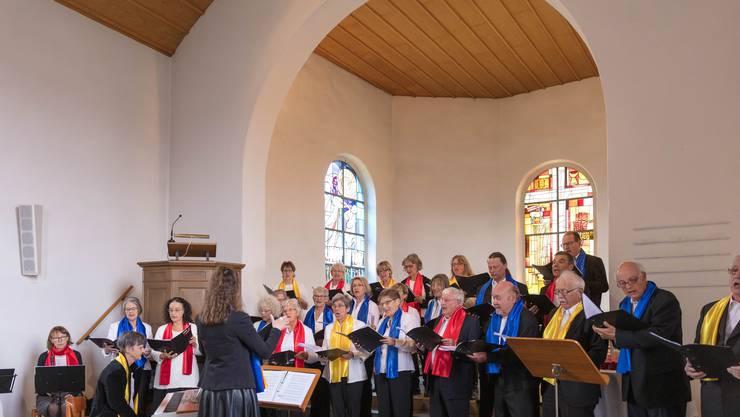 """Der Chor mit dem Musiktrio """"El RuSi"""" und Dirigentin Christine Pellegrini Bild: Ueli Maurer"""