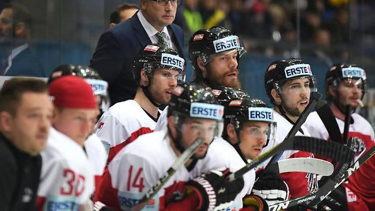 Schaffte mit Österreich den Aufstieg in die A-WM-Gruppe: der Schweizer Cheftrainer Roger Bader (im Hintergrund)