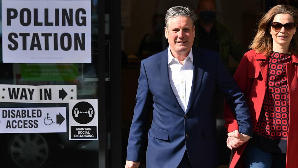 Sir Keir Starmer, Vorsitzender der Labour Partei, und seine Frau Victoria Starmer verlassen nach ihrer Stimmenabgabe das Wahllokal Greenwood Centre in der St. Albans Church. Foto: Dominic Lipinski/PA Wire/dpa