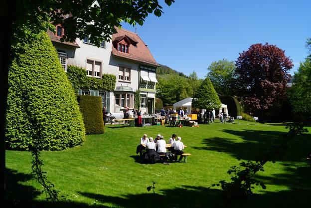 Im Park der Villa konnten Fahrer und Gäste anstossen und sich verpflegen.