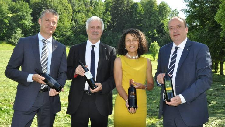 Präsentieren die vier neuen Aargauer Staatsweine: Roland Michel, Präsident Branchenverband Aargauer Wein, Grossratspräsident Bernhard Scholl, Staatsschreiberin Vincenza Trivigno und Regierungsrat Markus Dieth.