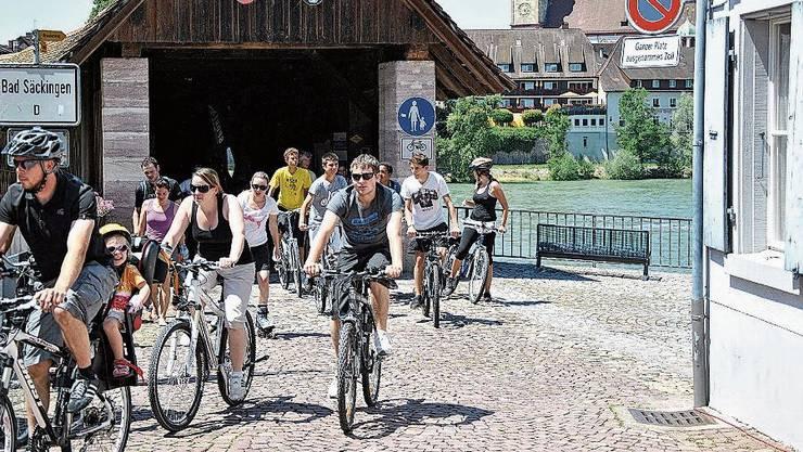 Ein Veloweg führt über die alte Holzbrücke zwischen Stein und Bad Säckingen, hier Velofahrer am «Slowup».