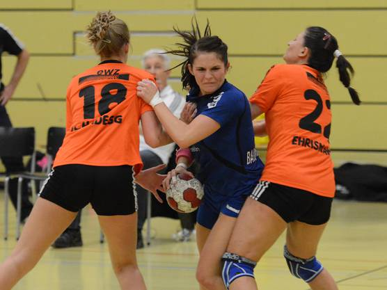 Sarah Baumgartner (Nr. 17) wird von der gegnerischen Verteidigung gestoppt.