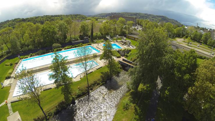 Hier in der Badi Suhr soll die neue Traglufthalle entstehen. (Archivbild)