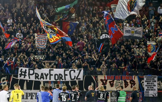 Und auch die FCB-Fans zeigen Mitgefühl mit dem gerupften Gegner.