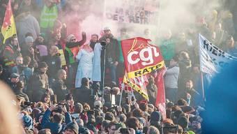 Streikende Angestellte des öffentlichen Sektors bei einer Kundgebung in Paris.