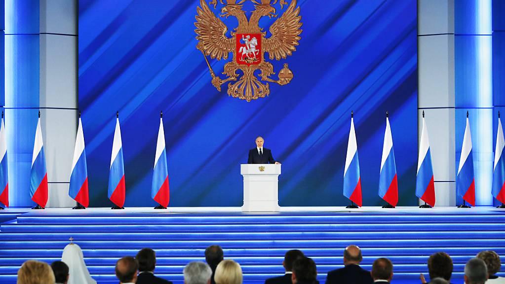 Russlands Präsident Wladimir Putin hält seine Rede an die Nation. Foto: Alexander Zemlianichenko/AP Pool/dpa