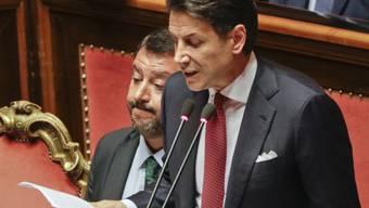 Regierungschef Conte im Senat in Rom - hinter ihm Innenminister und Lega-Chef Salvini.