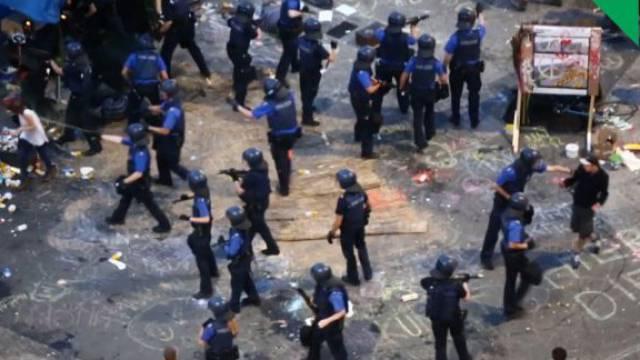 Wenige Stunden später: Die Polizei greift gegen die Art-Kritiker durch, nachdem die Messe Strafanzeige erstattet hatte. Foto: Screenshot Tageswoche