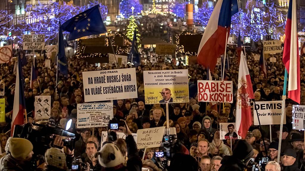 Tausende sind am Dienstagabend erneut in Tschechien auf die Strasse gegangen, um gegen den tschechischen Regierungschefs Andrej Babis zu protestieren.
