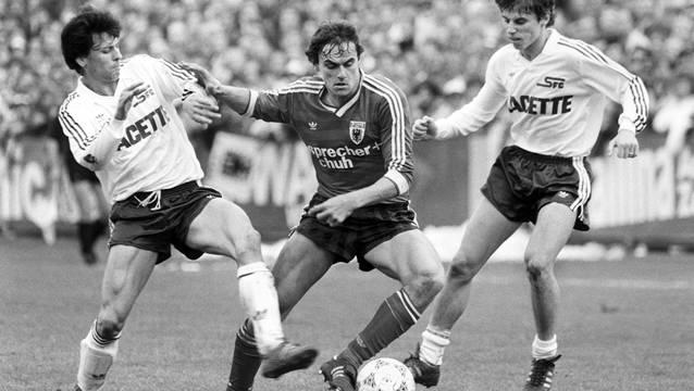 Am 1. November 1987 sahen 13 300 Zuschauer im Brügglifeld, wie sich Aaraus Topskorer Wynton Rufer (Mitte) gegen die beiden Servettiens Lucien Favre (links) und Pascal Besnard durchsetzt.