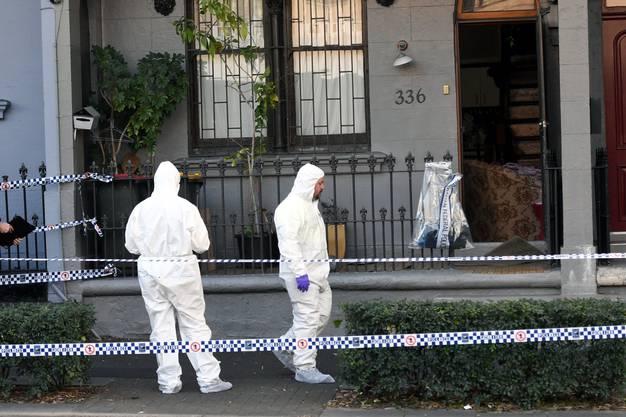 Der Polizeieinsatz sei noch nicht beendet, die Durchsuchungen der Grundstücke in den Vororten Sydneys dauerten an.