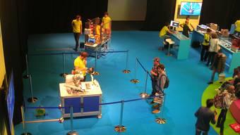 Jugendliche lassen sich im Rahmen der Sonderschau «Berufswelten der Zukunft» Roboter vorführen.