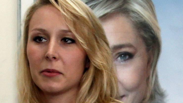 Tritt als Politikerin des Front National, der Partei ihrer Tante Marine Le Pen (auf dem Poster im Hintergrund), ab: die noch radikalere Marion Maréchal-Le Pen (in einer Aufnahme vom 11. April in Bayonne).