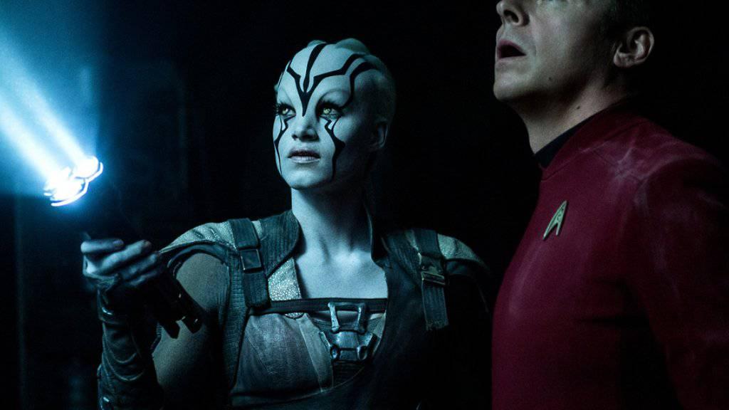 """Sofia Boutella (l) spielt Jaylah und Simon Pegg spielt Scotty in """"Star Trek Beyond"""". Der Film von Justin Lin setzte sich auf Anhieb an die Spitze der US-Kinocharts (Archiv)"""