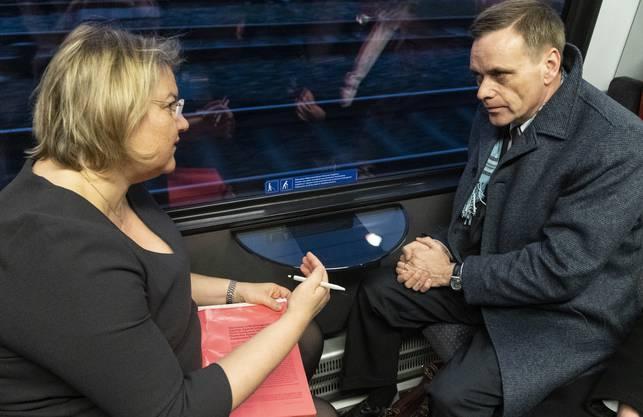 Regierungsrat Jean-Pierre Gallati und Kantonsärztin Yvonne Hummel im Zug nach Aarau.
