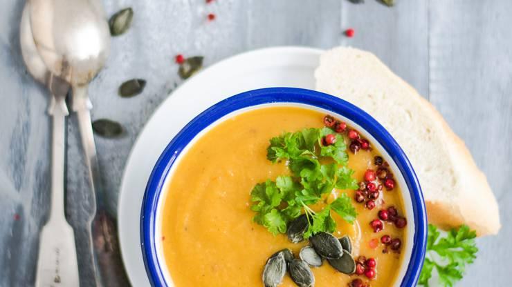 Kürbissuppe: Ob klassisch oder mit Curry oder Orangensaft, jeder hat sein eigenes Rezept für diese Suppe. Eine klassische Suppe bringt bei 100ml 65 kcal in den Suppenteller.